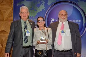 Senhora Kennya Kattllem Vianna Vieira, recebendo o Prêmio Michael Cohen em homenagem ao seu marido, o médico Dr. Walter Viera Mendes Junior (in memoriam)